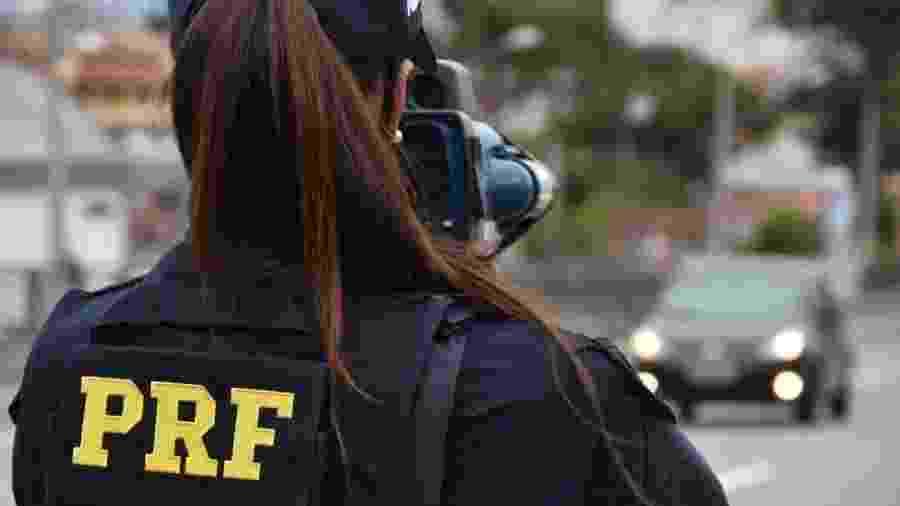 Agente da PRF do Paraná em operação no dia 14 de abril; policiais relataram à BBC News Brasil nova restrição ao atendimento à imprensa no órgão - Divulgação/PRF Paraná