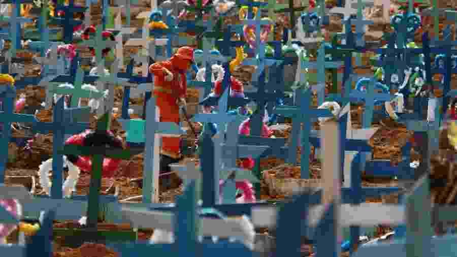 Homem trabalha em meio às sepulturas do Cemitério Nossa Senhora Aparecida, em Manaus - EDMAR BARROS/FUTURA PRESS/ESTADÃO CONTEÚDO