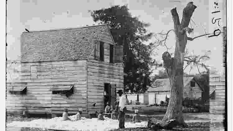 Escravos trabalhando com algodão em fazenda na Carolina do Sul, em 1862 - Biblioteca do Congresso dos EUA - Biblioteca do Congresso dos EUA