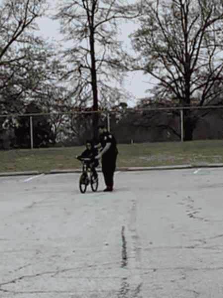 Policial ajudou criança a andar de bicicleta - Reprodução/Facebook/Departamento de Polícia High Point