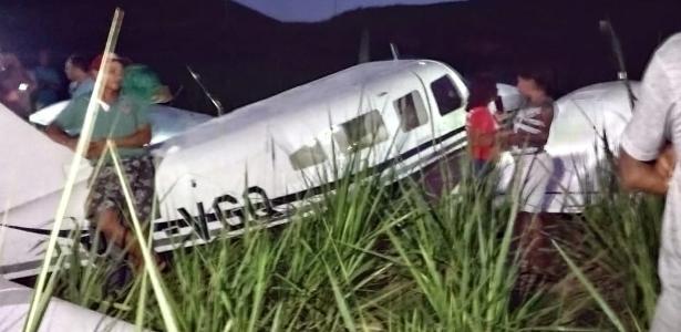 4 pessoas a bordo | Avião pequeno faz pouso forçado em canavial no litoral de PE