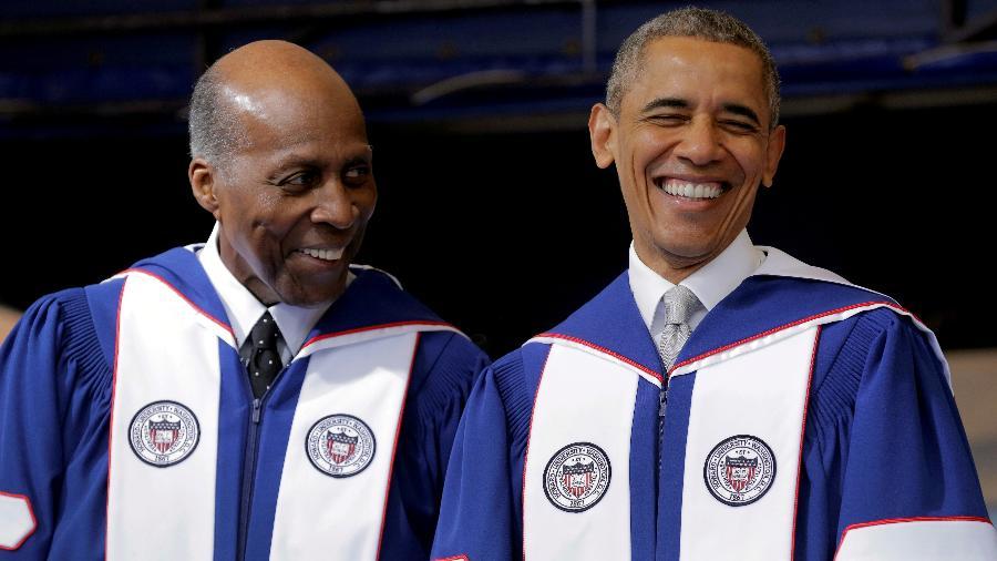 7.mai.2016 - O advogado e ativista dos direitos civis Vernon Jordan (à esq.) ao lado do então presidente dos EUA Barack Obama - Joshua Roberts/Reuters