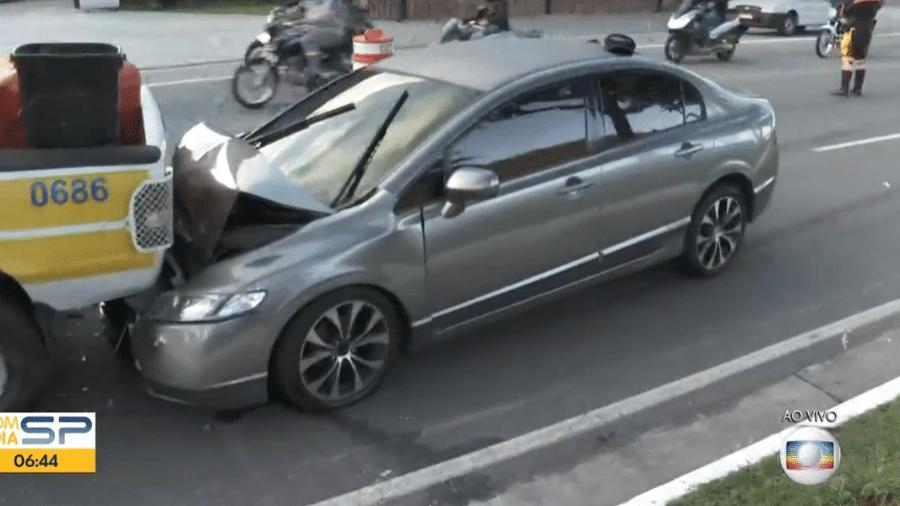 Carro em que estavam os criminosos colidiu na traseira do veículo da CET - Reprodução/TV Globo