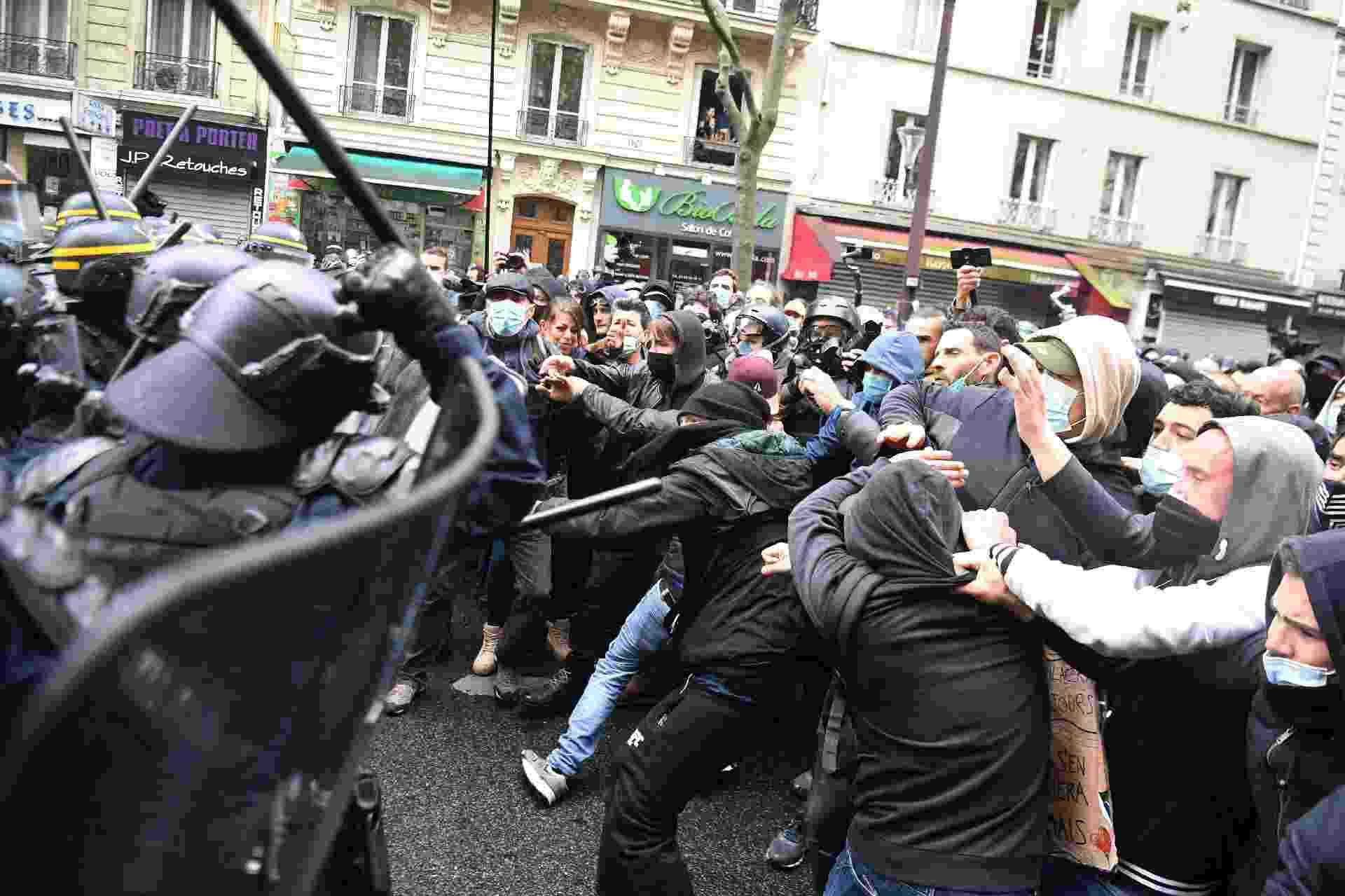 Manifestantes entram em conflito com a política em atos pelo Primeiro de Maio em Paris - Alain JOCARD / AFP