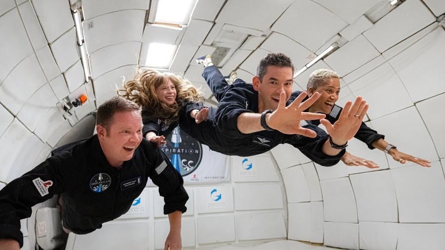 Membros da missão Chris Sembroski, Hayley Arceneaux, Jared Isaacman e Sian Proctor (da esq. para dir.) durante treinamento simulando gravidade zero - Inspiration4/John Kraus