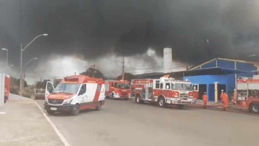 Incêndio em fábrica de sandálias no Pólo JK, em Santa Maria, no Distrito Federal - Reprodução/Twitter