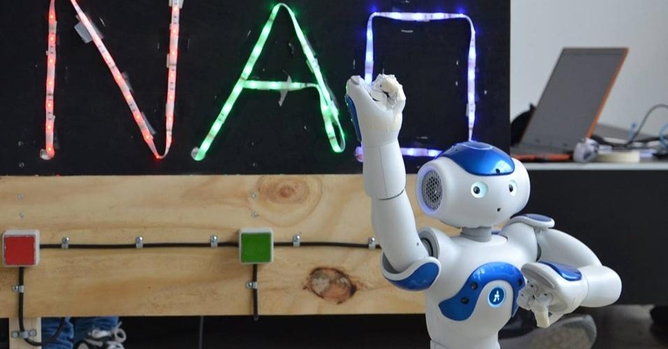 Nao: os robôs Nao foram desenvolvidos para atuar, principalmente, na educação de crianças. São usados, por exemplo, em escolas que recebem alunos autistas para ajudá-los no relacionamento interpessoal. De acordo com seus criadores, o Nao é pró-ativo, ou seja, pode fornecer serviços para o dono sem ser perguntado e consegue identificar emoções apenas observando o hábito das pessoas