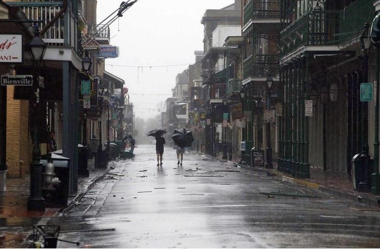 2005: Bourbon Street, em Nova Orleans, Louisiana (EUA), ainda sob os efeitos do furacão Katrina, que varreu edifícios, alagou quase totalmente a cidade e causou mais de 1.800 mortes