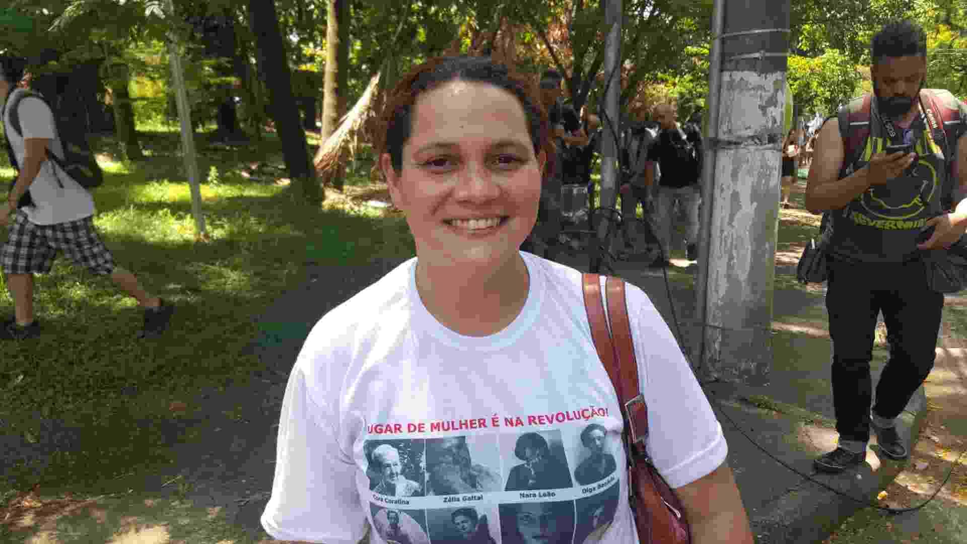 15.out.2015 - A professora Gabriela Sales, 32, dá aulas de história em três escolas diferentes e tem medo de ficar sem aula - Lucas Rodrigues/UOL