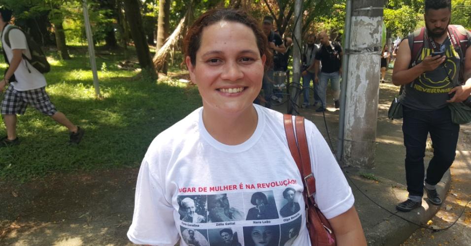 15.out.2015 - A professora Gabriela Sales, 32, dá aulas de história em três escolas diferentes e tem medo de ficar sem aula