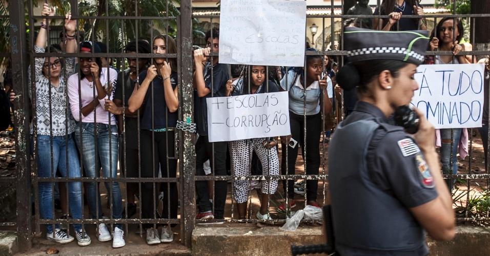 10.nov.2015 - Alunos ocupam Escola Estadual Fernão Dias, em Pinheiros, São Paulo. Eles são contra a reorganização escolar
