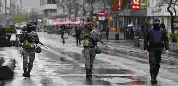 Soldados belgas patrulham o centro de Bruxelas na manhã deste sábado (21) - Youssef Boudlal/Reuters