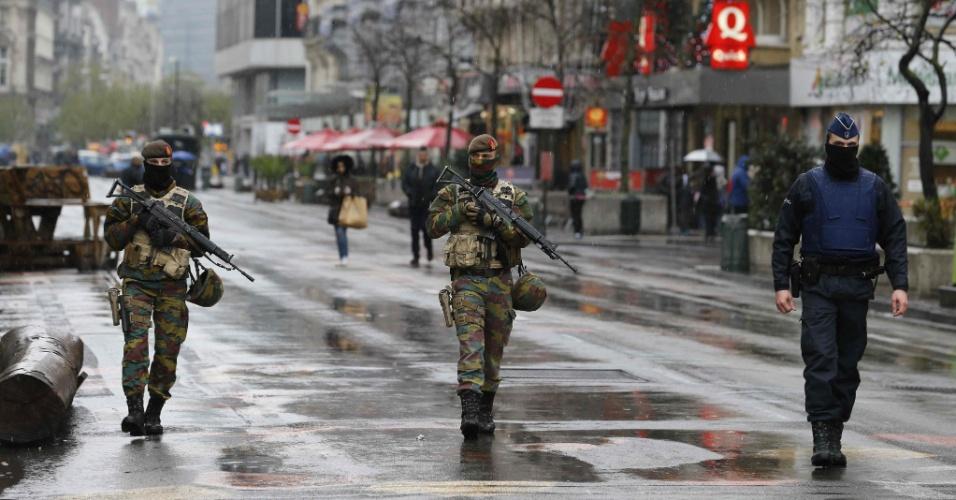 """21.nov.2015 - Soldados e policial belgas patrulham o centro de Bruxelas, na Bélgica, após o governo aumentar o estado de alerta e decretar """"ameaça iminente de ataque"""". O metrô da cidade foi fechado e os moradores alertados a evitarem multidões"""