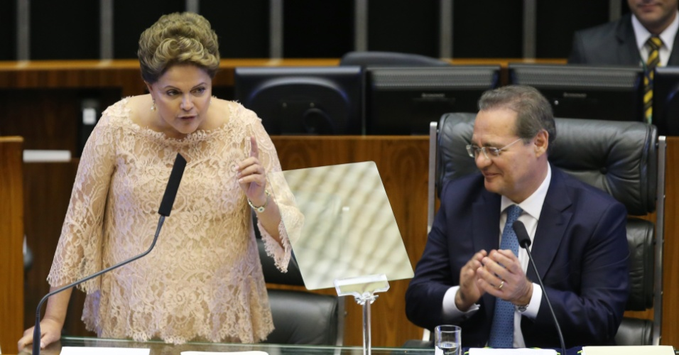 1º.jan.2015 - A presidente da república reeleita pelo PT (Partido dos Trabalhadores) Dilma Rousseff ao lado do presidente do senado Renan Calheiros, durante discurso de posse de seu segundo mandato, em cerimônia de posse, no Palácio do Planalto, em Brasilia (DF)