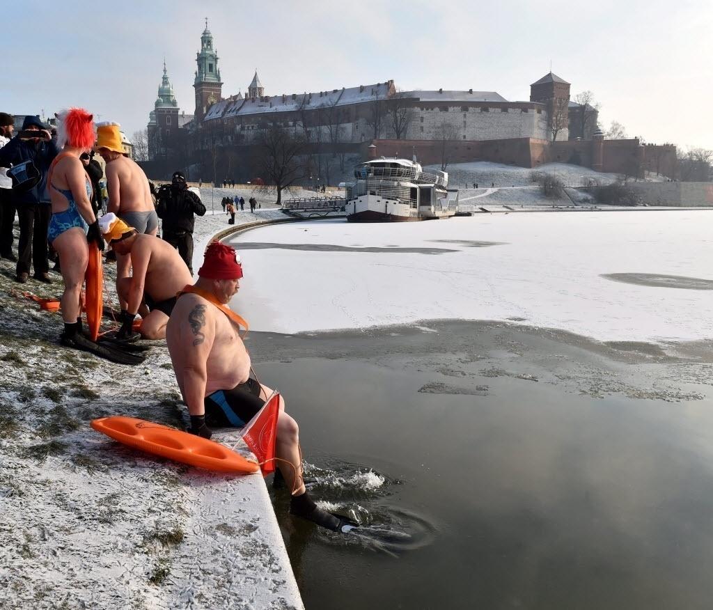 3.jan.2016 - Entusiastas do tempo frio nadam no rio Vistula, perto do Castelo de Wawel, na Cracóvia, durante manhã em que as temperaturas caíram para cerca de - 15°C