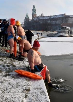 Entusiastas do tempo frio nadam no rio Vistula, na Cracóvia