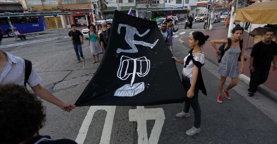 8.jan.2016 - Manifestantes protestam contra o aumento da tarifa do transporte público na rua 12 de Outubro, na região da Lapa, em São Paulo (SP). Integrantes do movimento Passe Livre, que defende tarifa zero para o transporte público, foram às ruas para protestar contra o aumento da tarifa dos ônibus, metrô e trem. As passagens na capital serão reajustadas em 8,57%, passando dos atuais R$ 3,50 para R$ 3,80 a partir de amanhã (9)