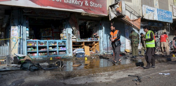 Investigadores inspecionam local de ataque suicida em Quetta, no Paquistão