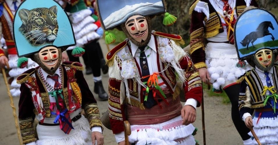 """6.fev.2016 - Pessoas se fantasiam de """"felos"""" durante tradicional desfile de carnaval perto da aldeia ancestral de Maceda, noroeste da Espanha. O """"felos"""" representam espíritos anárquicos e rebeldes"""