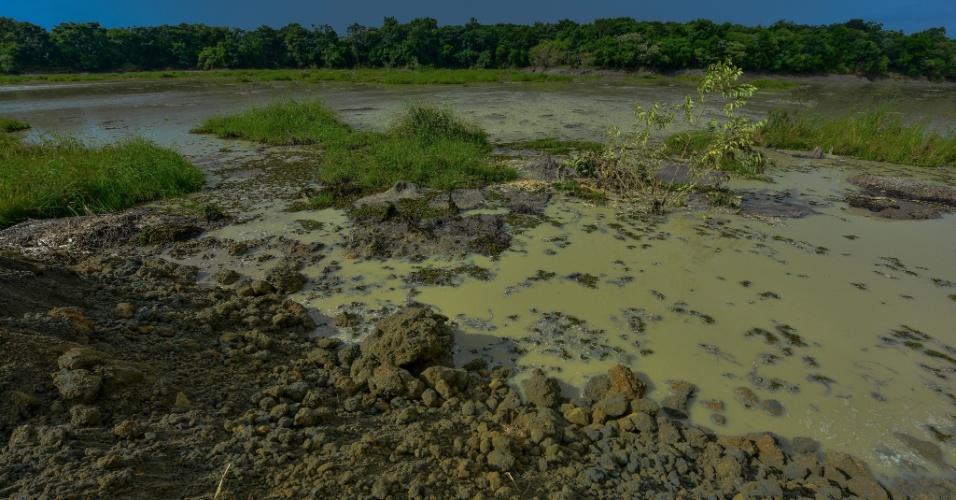 7.fev.2016 - Barragem de resíduos da mineradora Rolando Comércio de Areia no Rio Paraíba do Sul, em Jacareí, dois dias após o rompimento que afetou aproximadamente 75% do abastecimento de água em São José dos Campos (SP). O vazamento foi contido por volta das 13h20 deste sábado (6), segundo a Companhia Ambiental do Estado de São Paulo (Cetesb)