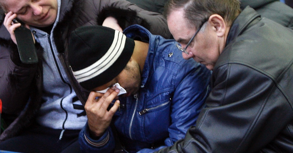 19.mar.2016 - Parentes de vítimas do acidente do voo 981 da FlyDubai choram no aeroporto de Rostov-on-Don. Todas as 62 pessoas a bordo do Boeing 737 da companhia morreram quando o avião caiu e explodiu em chamas a cerca de 250 metros do aeroporto. A tripulação tentava pousar pela segunda vez por causa do clima adverso, quando perdeu a pista e se chocou diretamente contra o solo, deixando destroços espalhados por uma área ampla