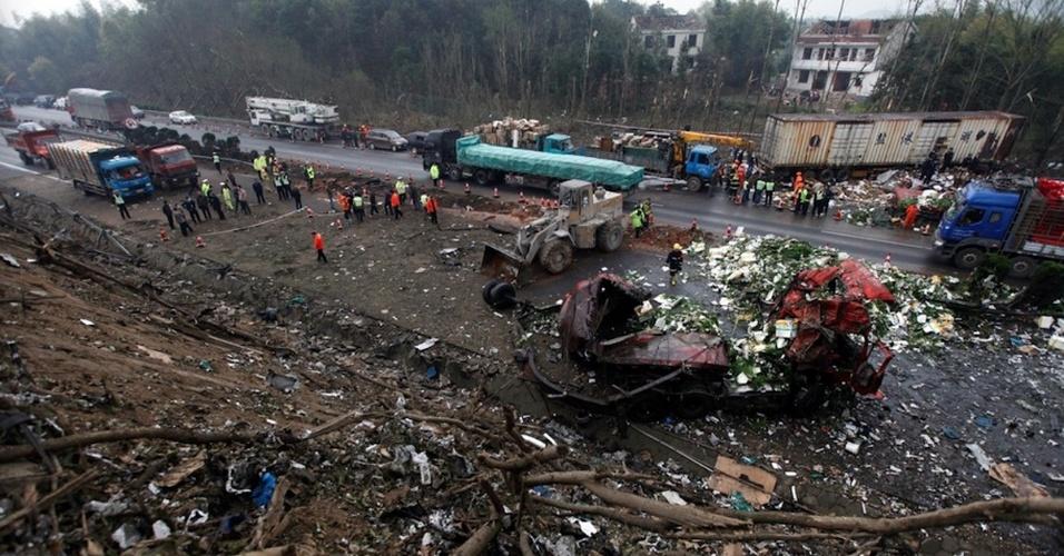 20.mar.2016 - Pelo menos cinco pessoas morreram e 20 ficaram feridas no incêndio causado pela colisão enter dois caminhões na rodovia que liga Pequim a Hong Kong e Macau
