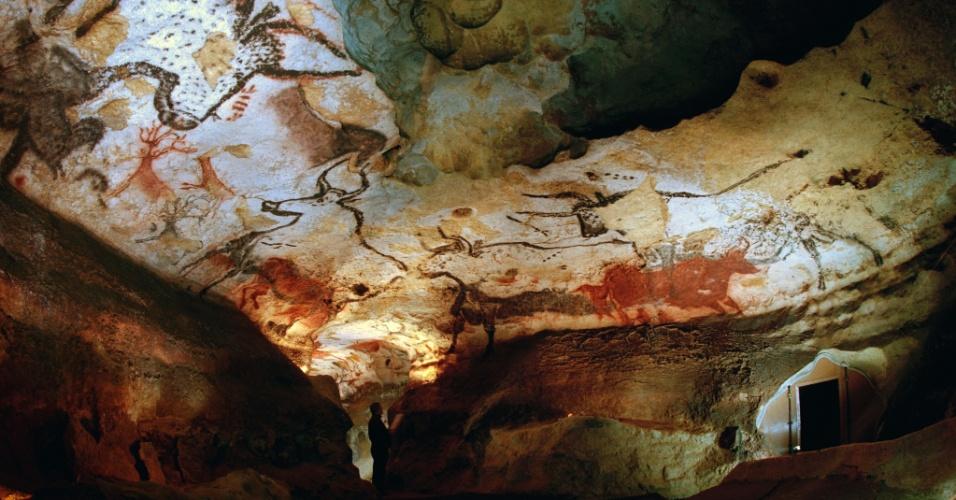 30.mar.2016 - Na caverna de Lascaux, na França, um dos descobridores das pinturas inspeciona as paredes. Estas artes estão entre as mais antigas produzidas pela humanidade