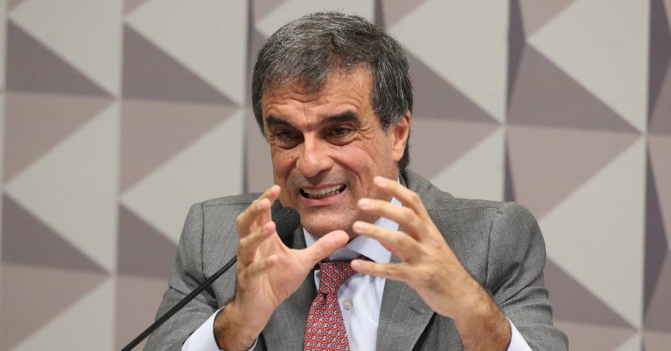 29.abr.2016 - O advogado-geral da União, José Eduardo Cardozo, disse na comissão especial de impeachment no Senado, em Brasília (DF), que não houve crime de responsabilidade no governo Dilma e que vai apresentar uma defesa de mais de 300 páginas que prova isso