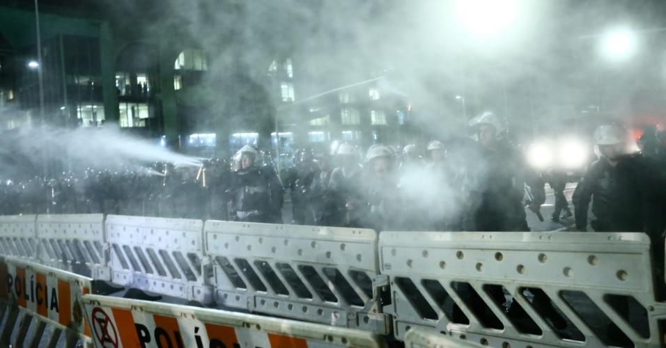 11.mai.2016 - Policiais do Distrito Federal jogam gás de pimenta em manifestantes contrários ao impeachment da presidente Dilma (PT). Muitas pessoas passaram mal no local e tiveram que ser socorridas