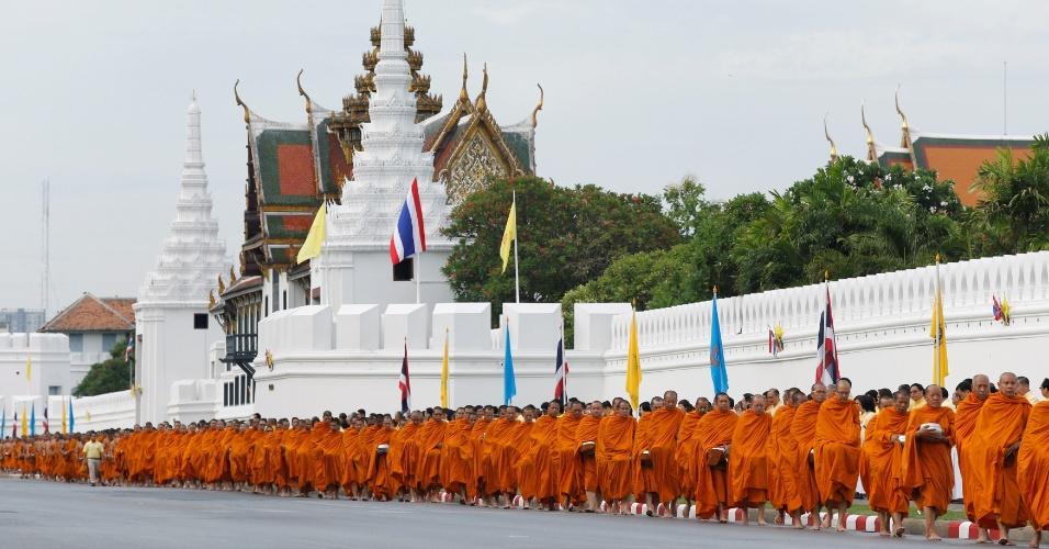 9.jun.2016 - Centenas de monges budistas chegam ao Grande Palácio Real, em Bancoc, para celebrar o 70º aniversário de reinado de Bhumibol Adulyadej. O rei da Tailândia ascendeu ao trono em 1946 e é o monarca que reina há mais tempo, além de ser o chefe de Estado mais antigo ainda em serviço de todo o mundo