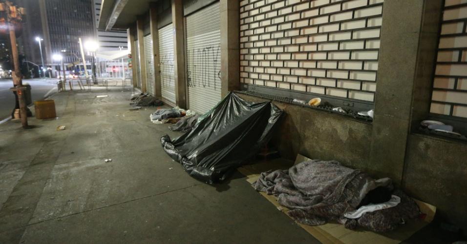 12.jun.2016 - Moradores de rua dormem na avenida Senador Queiroz, região central de São Paulo, durante a noite de baixa temperatura na cidade