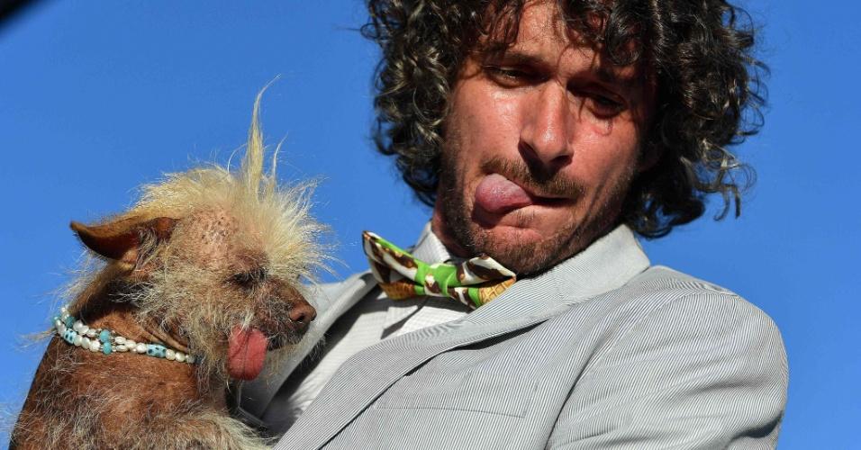 24.jun.2016 - Neil Gottlieb, juiz do concurso de cachorro mais feio do mundo, imita a língua de fora da participante Josie. O evento aconteceu no Sonoma-Marin Fair em Petaluma, California, EUA