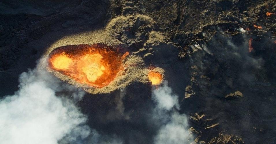 """7.jul.2016 - Jonathan Payet usou seu drone para sobrevoar o vulcão Piton de la Fournaise na ilha de Reunião, localizada a leste de Madagascar. Para conseguir tirar essa foto, teve de pedir autorização para poder sobrevoar a área e lidar com o ar e o vento quente. O fotógrafo fez esse registro logo depois do nascer do sol e conquistou o terceiro lugar na categoria """"Natureza e Vida Selvagem"""". As ganhadoras da edição 2016 do Concurso Internacional de Fotografia com Drone foram selecionadas por um corpo de juízes que inclui o diretor da National Geographic, Patrick Witty, e a editoria de fotografia da revista, Emanuela Ascoli"""