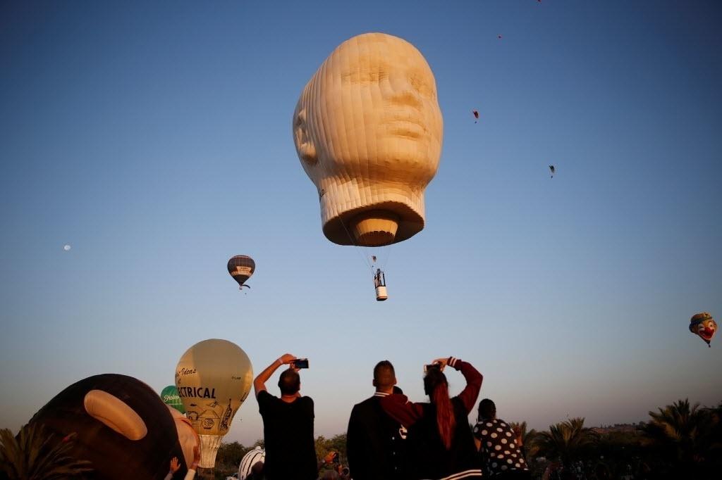 22.jul.2016 - Grupo acompanha o início do festival internacional de balões de ar quente que dura dois dias no parque Eshkol, próximo à cidade de Netivot, em Israel