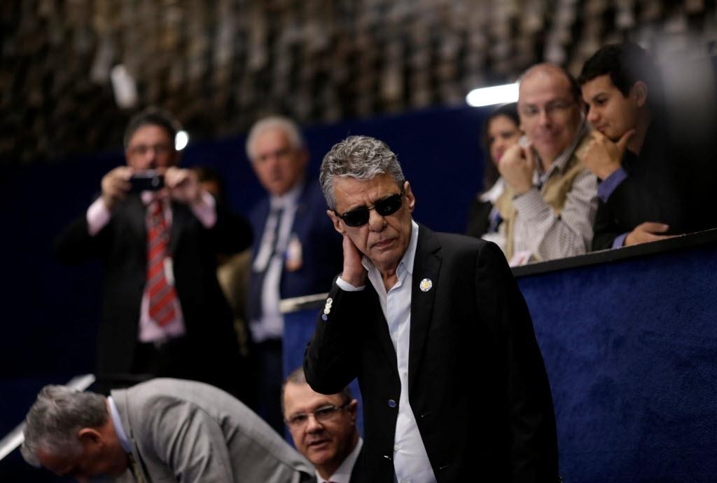 29.ago.2016 - O cantor, compositor e escritor Chico Buarque acompanha da galeria do Senado Federal, em Brasília, a defesa da presidente afastada, Dilma Rousseff, no processo de impeachment