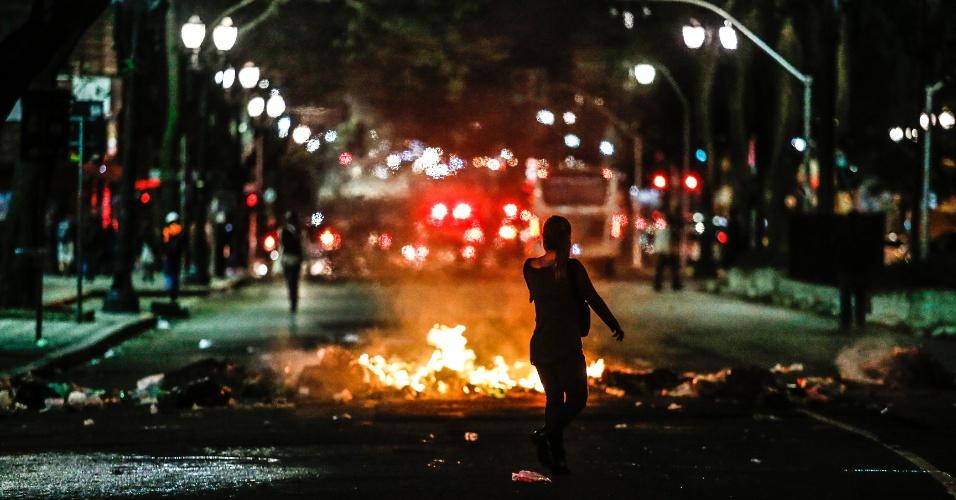 31.ago.2016 - Lixo incendiado na Avenida da Consolação durante protesto contra o impeachment da ex-presidente Dilma Rousseff. Dilma foi condenada nesta quarta-feira (31) pelo Senado no processo de impeachment por ter cometido crimes de responsabilidade na condução financeira do governo. O impeachment foi aprovado por 61 votos a favor e 20 contra