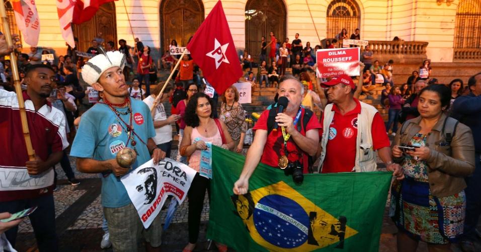 31.ago.2016 - Manifestantes fazem protesto contra o impeachment da presidente cassada Dilma Rousseff na Cinelândia, no centro do Rio.