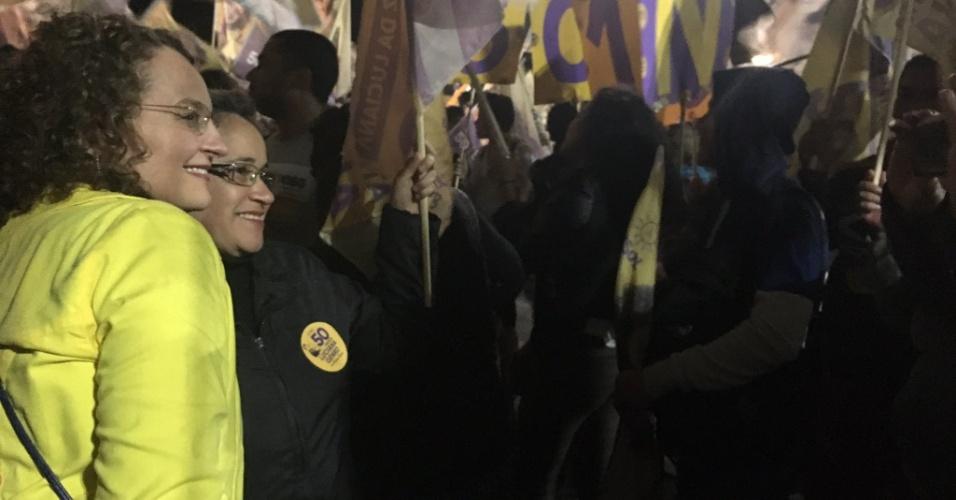 1.out.2016 - Luciana Genro (PSOL), candidata a prefeita de Porto Alegre, participou de uma caminhada no Largo Zumbi dos Palmares