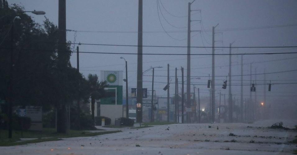 7.out.2016 - Semáforos ficam apagados em avenida vazia de Cocoa Beach, na Flórida, com a aproximação do furacão Matthew