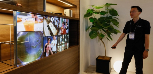 Panasonic apresenta protótipo de tela transparente na feira Ceatec, em Tóquio