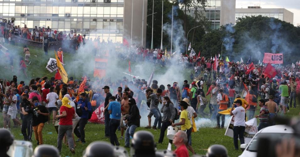 """29.nov.2016 - Manifestação contra PEC do Teto dos Gastos Públicos. Batizada de """"Ocupa Brasília"""", o protesto foi organizado pela UNE e pela CUT"""