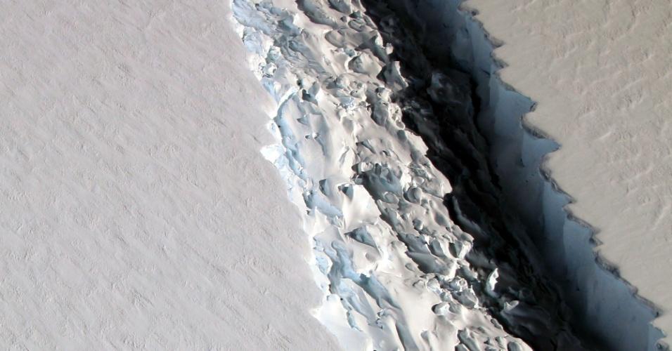 1º.dez.2016 - FENDA NA ANTÁRTICA - A Nasa (Agência Espacial Norte-Americana) divulgou a fotografia de uma fenda maciça na plataforma de gelo Larsen, na Antártica. A imagem foi feita por um grupo de cientistas da missão IceBridge, que observa, mede e registra as mudanças do gelo nas áreas polares da Terra. Os pesquisadores temem que a fenda desestabilize a plataforma, fazendo com que o gelo quebre mais rápido e ajude a elevar o nível do mar