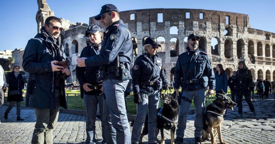 30.dez.2016 - Policiais pedem a identificação de um homem diante do Coliseu em Roma, onde a segurança também foi reforçada para as festividades de Ano Novo. O Ministério do Interior italiano informou sobre a expulsão de um tunisiano que supostamente teria sinais de radicalização e planos para cometer um atentado em território italiano