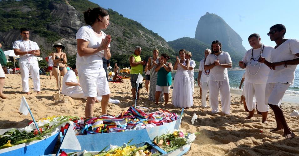 31.dez.2016 - Integrantes do Centro de Umbanda Santa Rita da Bahia fazem rezas e lançam barcos ao mar na Praia Vermelha, no Rio de Janeiro, como oferendas para Iemanjá