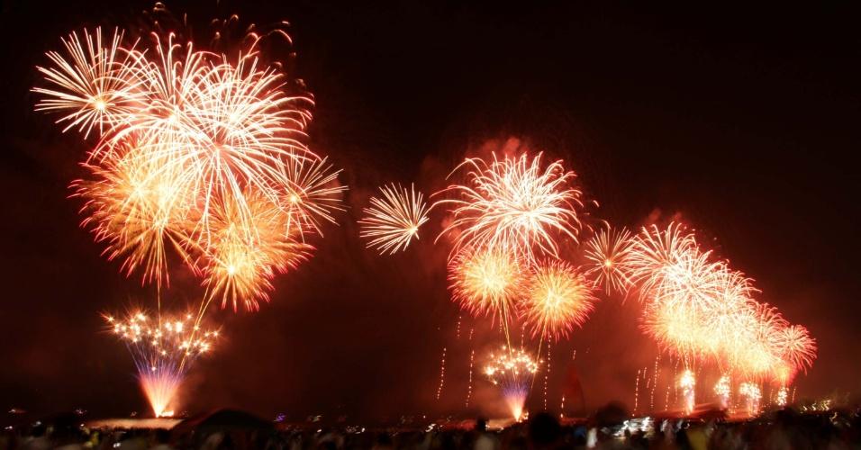 1.jan.2017 - Festa de Réveillon em Santos, no litoral paulista, também conta com queima de fogos que atrai pessoas de todo o Estado
