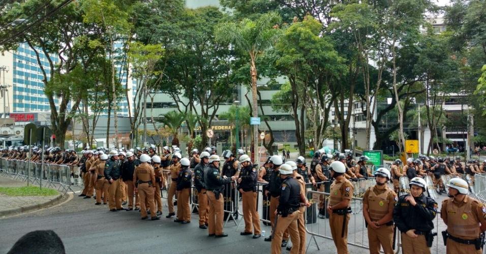 Policiais Militares cercam prédio da Justiça Federal em Curitiba (PR)