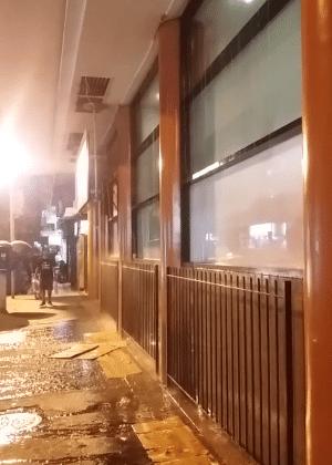 """Prédio em Copacabana é acusado de instalar """"chuveiro"""" em marquise"""