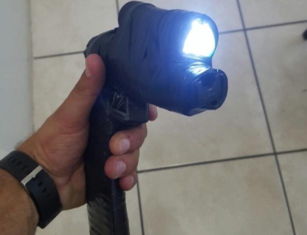 Homem foi preso com revólver falso, feito com controle remoto, lanterna e fita isolante