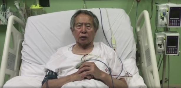 26.dez.2017 - O ex-presidente Alberto Fujimori faz pronunciamento do leito de clínica onde está internado, no Peru