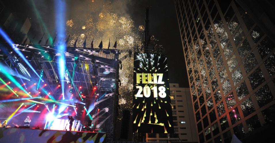 Na avenida Paulista, em São Paulo, a tradicional queima de fogos celebrou a passagem do ano; a festa reuniu 1,7 milhão de pessoas